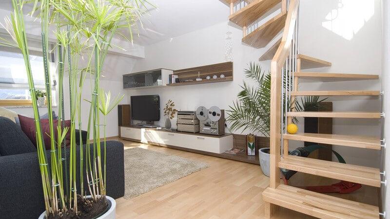 Einsicht modernes Wohnzimmer mit Laminat Boden, Wendeltreppe nach oben