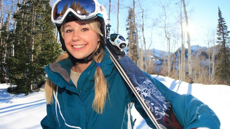 Junge Snowboardfahrerin mit Helm und Skibrille