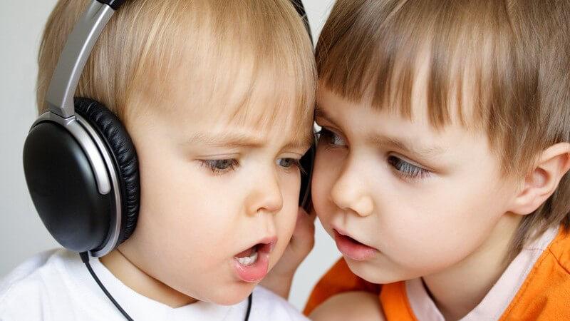 Zwei kleine Jungs hören Musik und singen, Kopfhörer