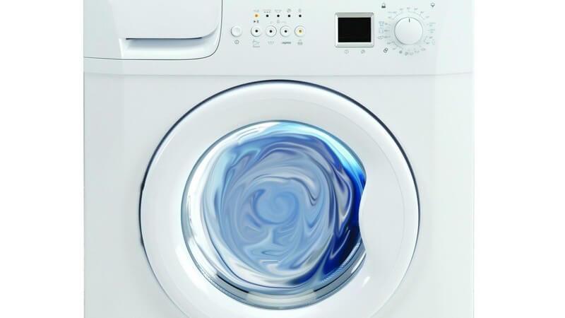Weiße Waschmaschine auf weißem Hintergrund