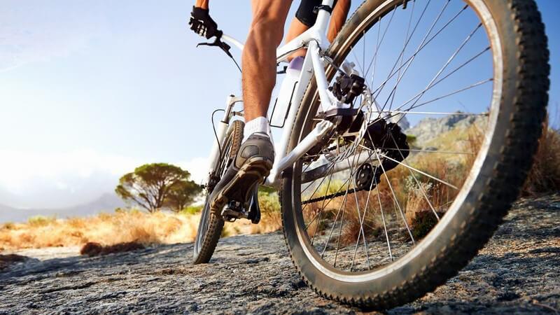 Ausschnitt Mountainbike, Sportler im Gelände