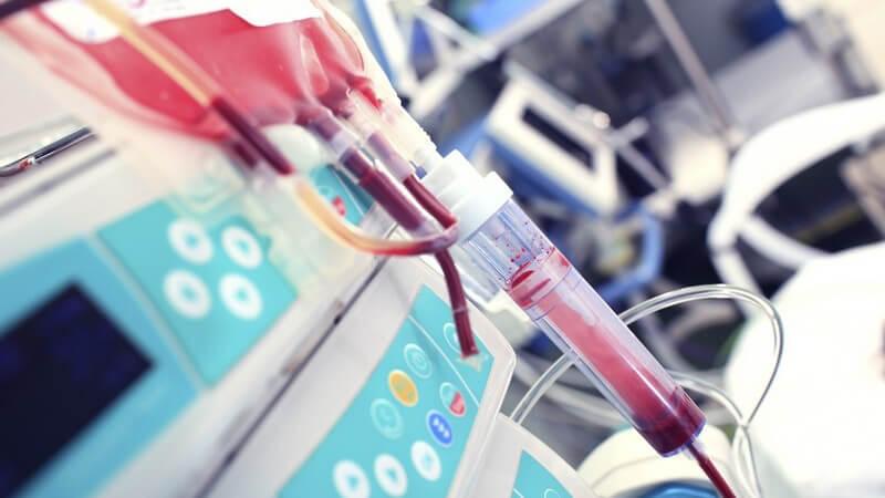 Blutkonserve hängt an einer Maschine auf der Intensivstation