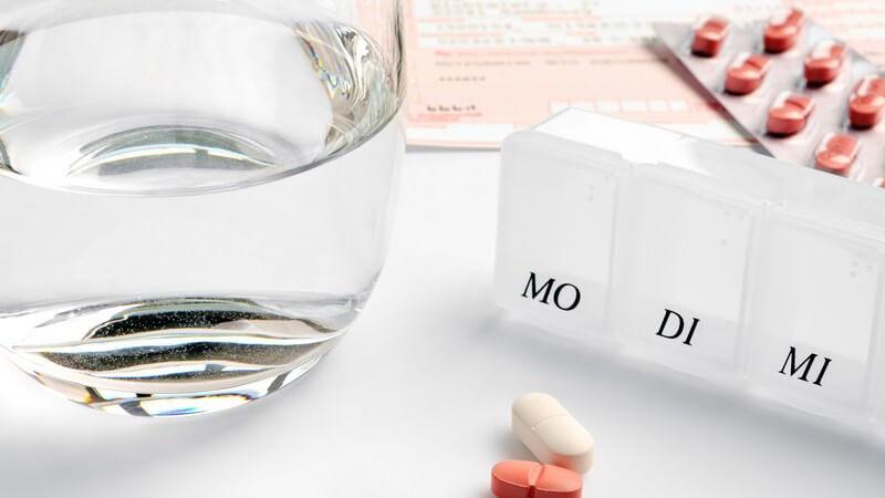 Glas Wasser, Medikamente, Rezept, tägliche Einnahme