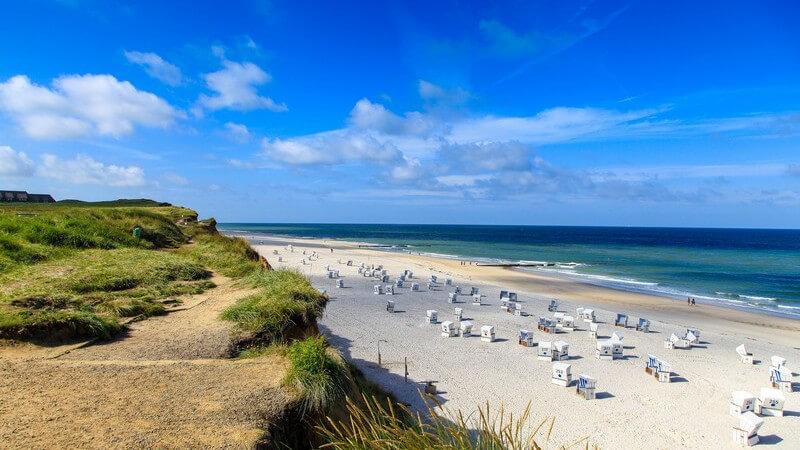 Blick auf einen Strandabschnitt mit Strandkörben auf der Insel Sylt an der Nordsee