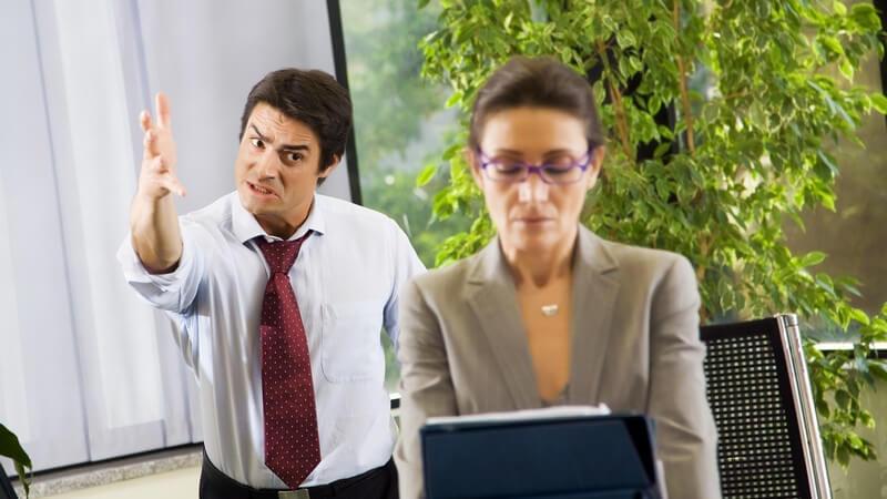 Büromitarbeiter streitet sich mit Chefin