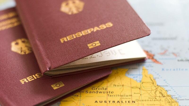 Nahaufnahme zwei Reisepässe auf Weltkarte