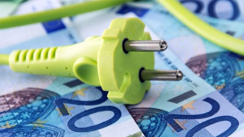 Grünes Kabel auf Euroscheinen, Strompreise, Energiepreise, Grüne Energie