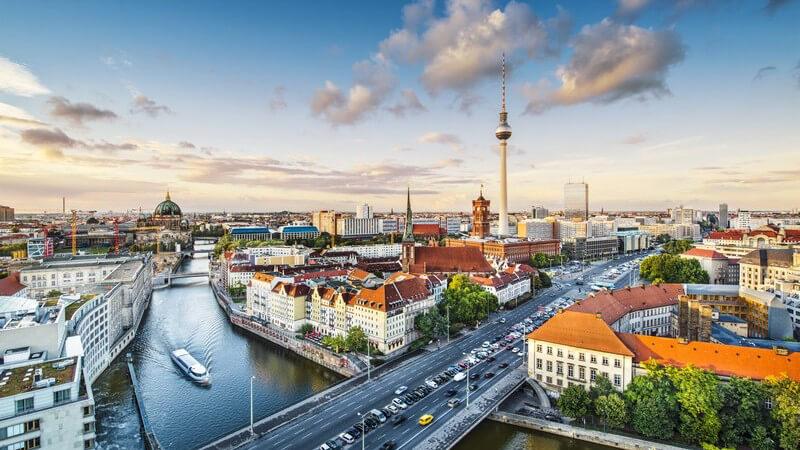 Blick von oben auf die Stadt Berlin mit Fernsehturm