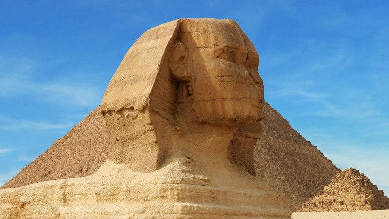 Statue Große Sphinx von Gizeh in Ägypten unter blauem Himmel