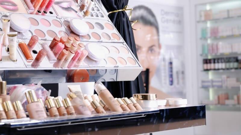 Kosmetikregal mit Lippenstiften, Puder, Rouge etc.