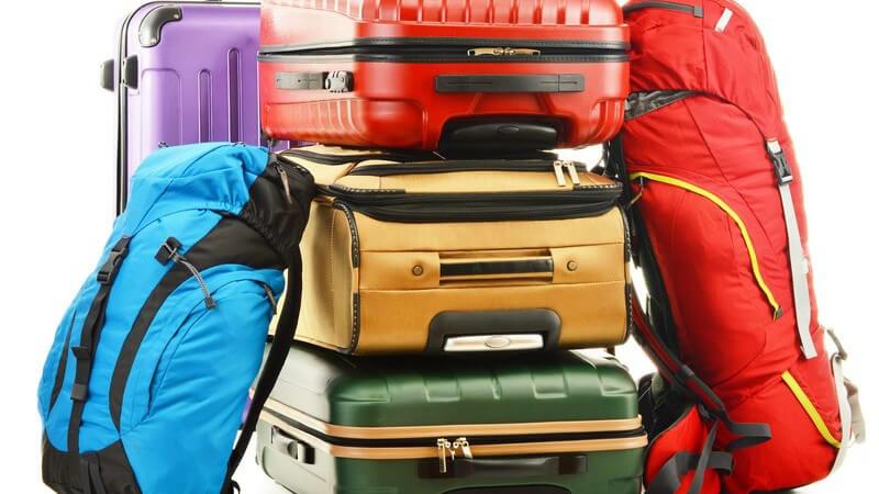 Reisegepäck - mehrere Reisekoffer und Rucksäcke auf einem Haufen