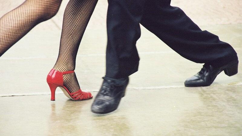 Frauen- und Männerbeine beim Tangotanzen