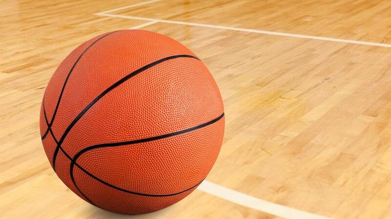Basketball liegt an einer Linie auf dem Hallenboden