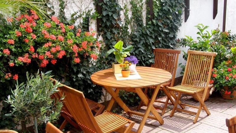Garten-Holzmöbel auf Terrasse
