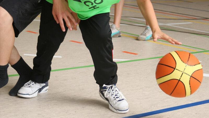 Nahaufnahme Jugendliche Beim Basketball in der Halle