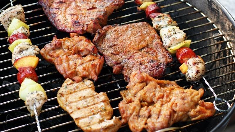 Fleisch und Spieße auf Grill