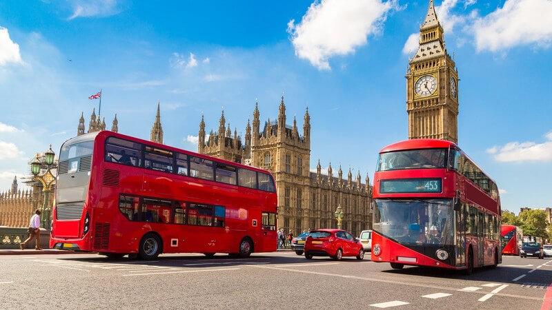 Rote Busse auf der Westminster Bridge am Big Ben in London, England