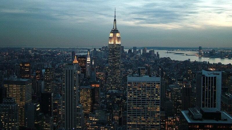 Großstadt - Manhattan Panorama bei Abenddämmerung in New York, viel Beleuchtung