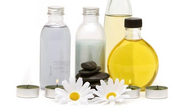 Wellness - Öle, heiße Steine, Blüten und Teelichter