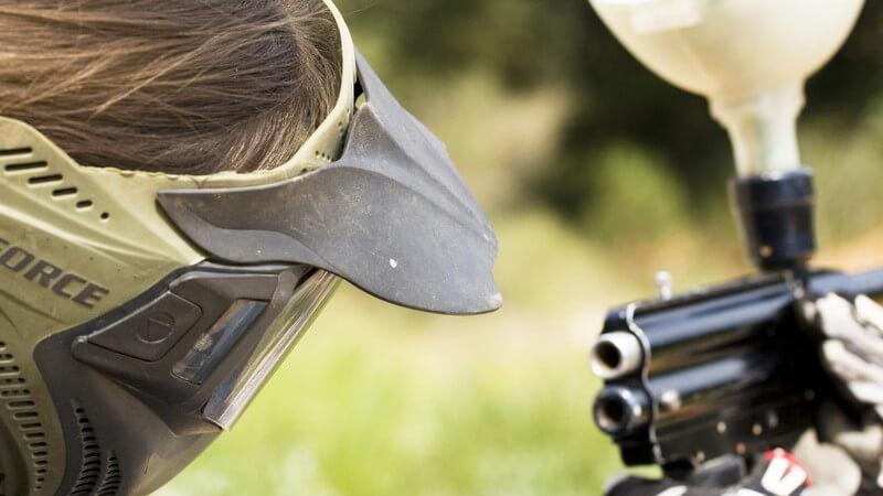 Schütze mit Helm und Paintball-Pistole