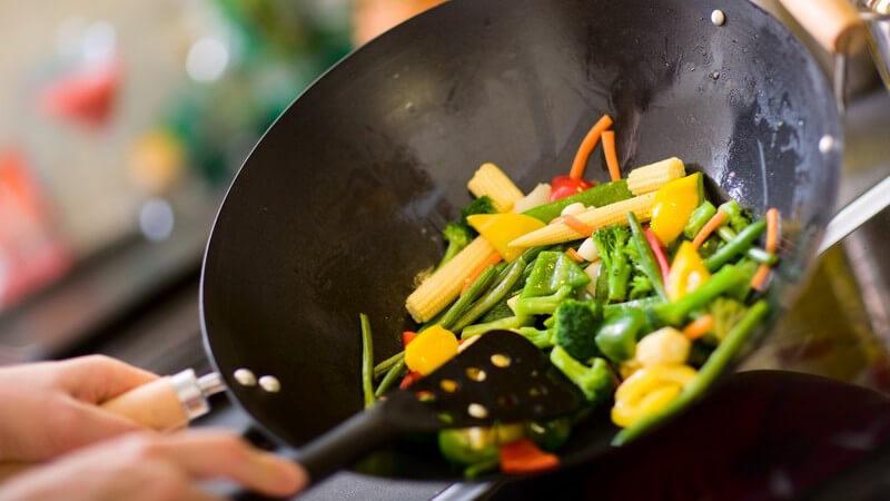 Gemüse wird im Wok zubereitet