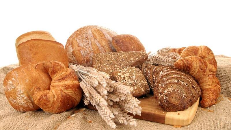 Verschiedene Sorten an Brot auf Holzbrett