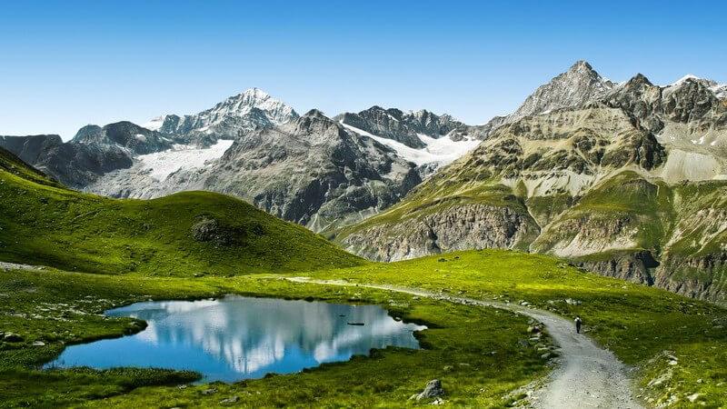 Wanderweg in den Bergen mit Aussicht auf das Matterhorn in den Alpen