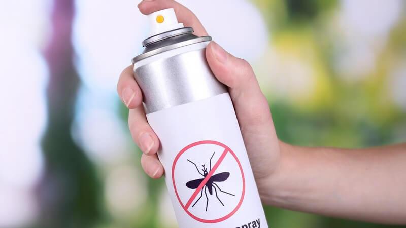 """Weiße Sprühdose mit der Aufschrift """"Mosquito spray"""" (Mückenspray)"""