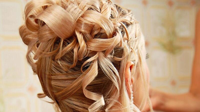 Hochsteckfrisur Hochzeit, junge blonde Frau beim Friseur