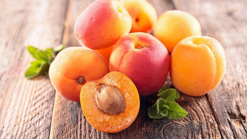 Frische Aprikosen auf rustikalem Holztisch