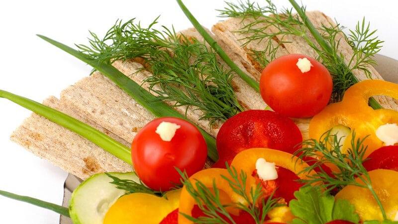 Teller mit Auswahl an frischem Gemüse und Knäckebrot