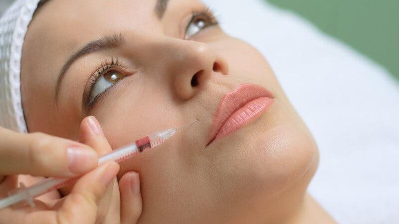 Nahaufnahme Frau bekommt Botox Behandlung an Mund