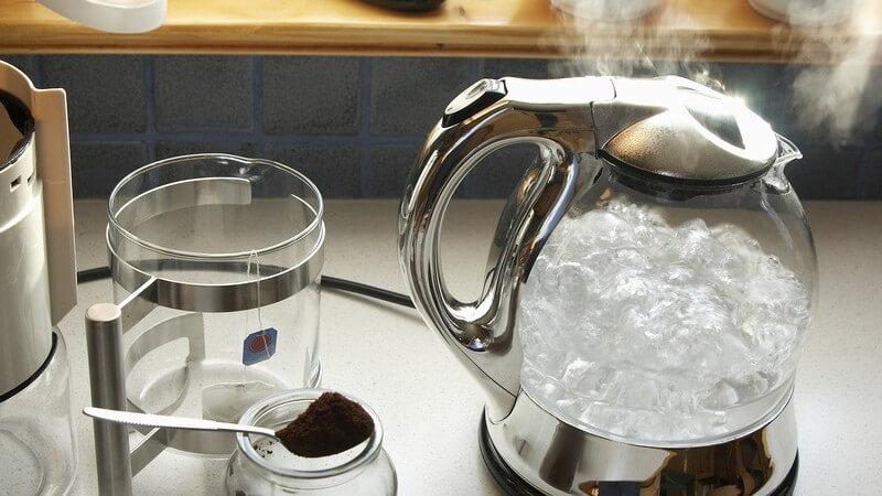 Dampfender Wasserkocher in Silber