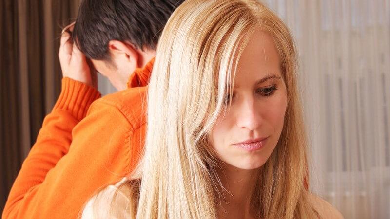Mann und Frau Rücken an Rücken nach Streit