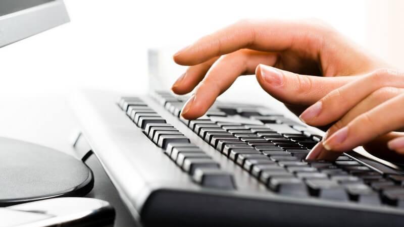 Weibliche Hände tippen auf Computer Tastatur