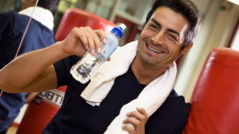 Mann beim Sport, mit Handtuch und Wasserflasche