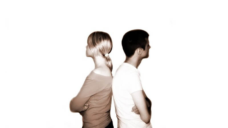 Junges Paar Rücken an Rücken, schwarz-weiß, Streit