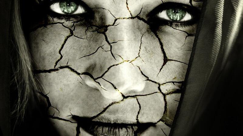 Schwarz-weiß Bild: Frauengesicht zerbrochen, trockene Haut