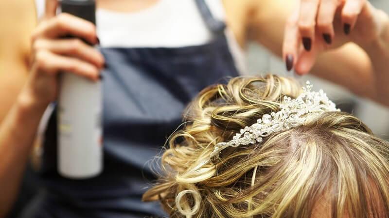 Nahaufnahme blonde Frau mit Hochsteckfrisur beim Friseur