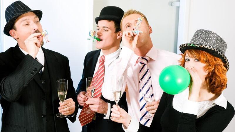 Freunde feiern verkleidet eine Mottoparty