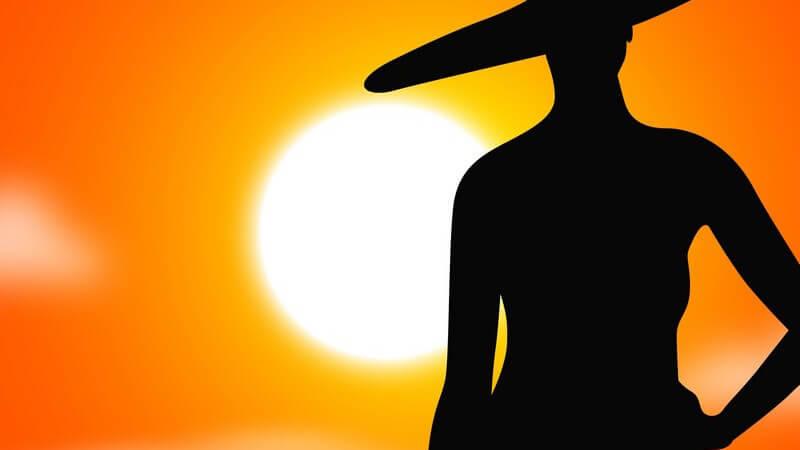 Zeichnung: Schatten eines weiblichen Models mit großem Hut vor Sonnenuntergang