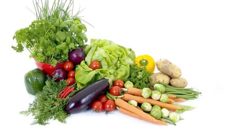 Zutaten - Frisches Gemüse und Kräuter auf weißem Hintergrund
