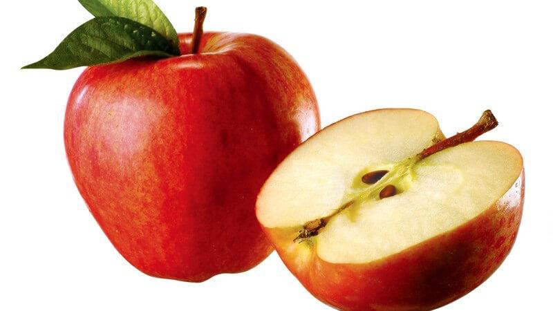 Ganzer und aufgeschnittener roter Apfel auf weißem Hintergrund