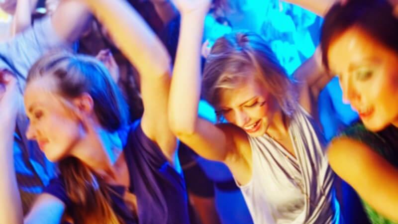 Junge Frauen tanzen in der Disco, blaues Licht, von oben fotografiert