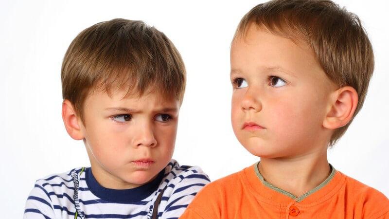 Zwei kleine Jungen gucken böse und enttäuscht