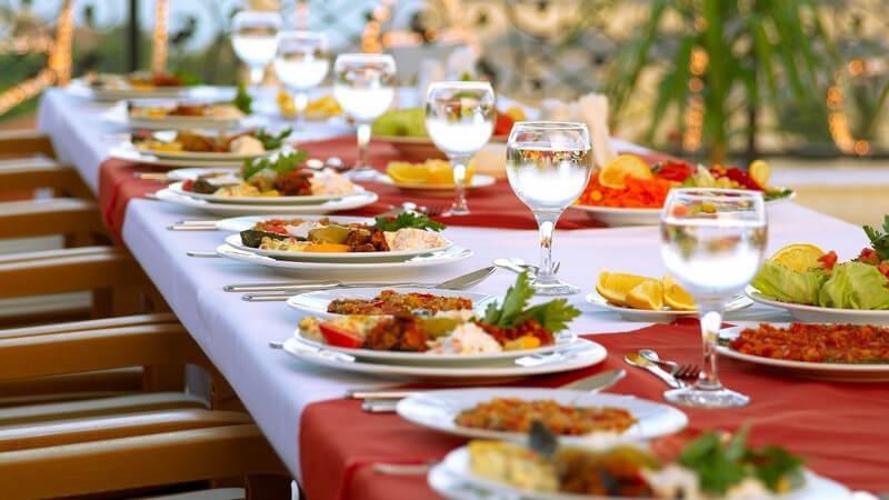 Langer Tisch für Party festlich gedeckt