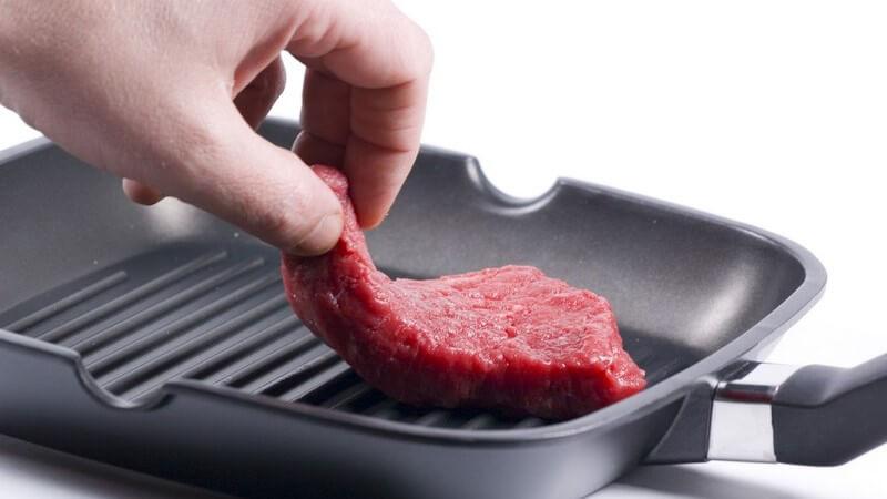 Steak wird in Pfanne gelegt