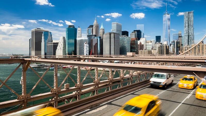 Gelbe Taxen auf der Brooklyn Bridge in New York