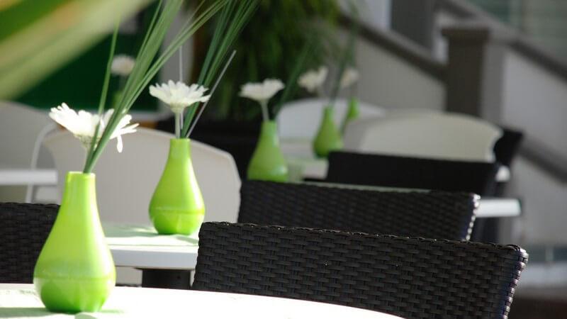 Ausschnitt modernes Café mit grünen Vasen auf Tischen