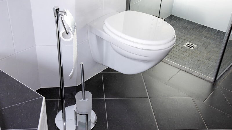 Ausschnitt Badezimmer, Toilette, Dusche, graue Fliesen